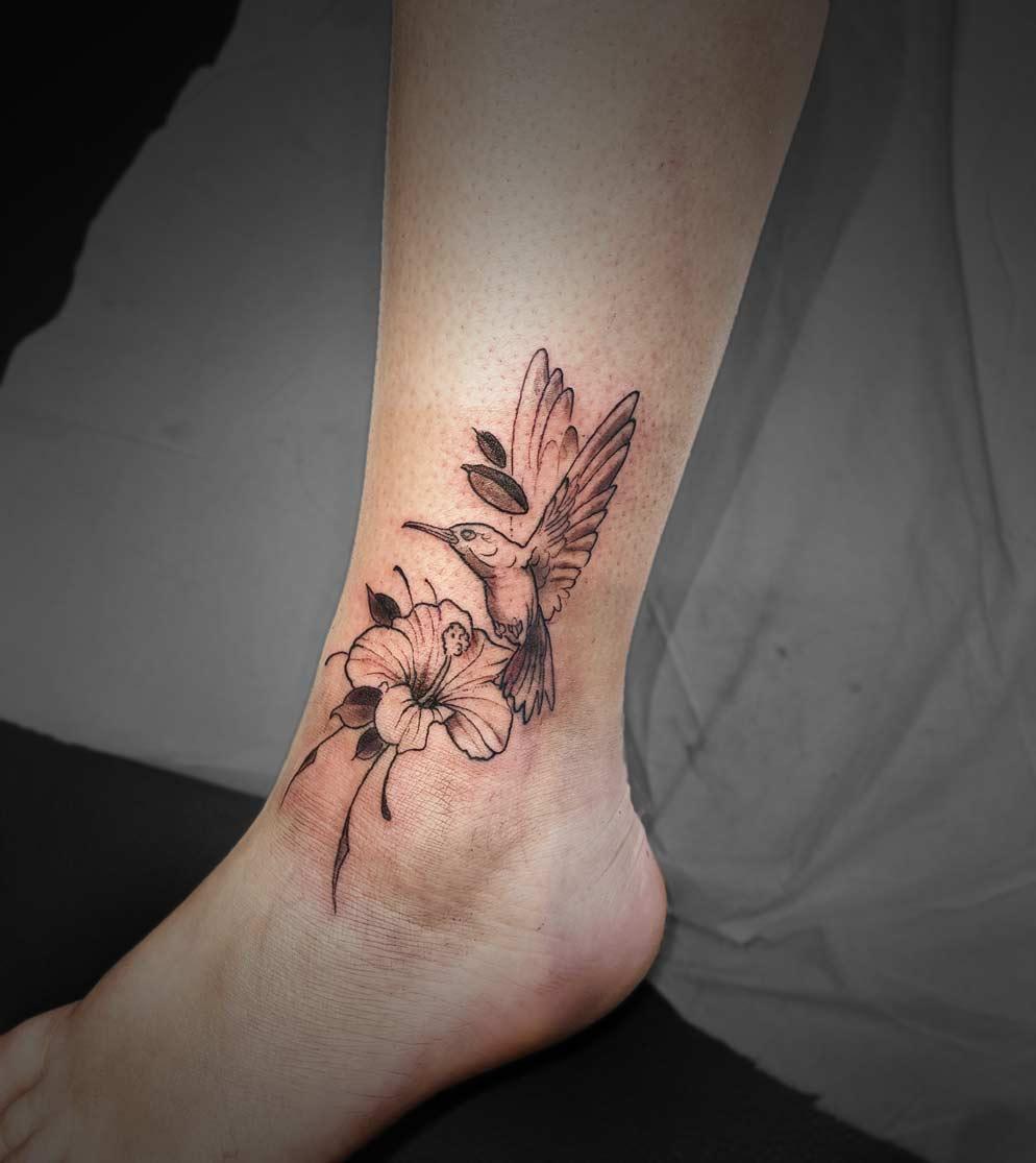 tatouage cheville colibri hibiscus