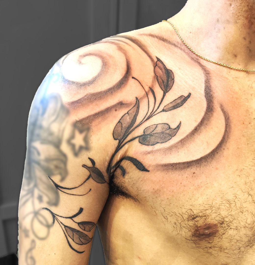 tatouage épaule feuillage et nuage, recouvrement vergetures