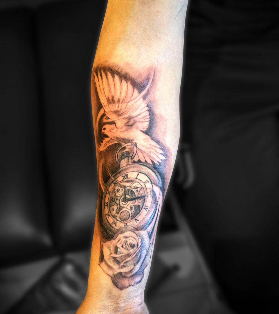 tatouage avant bras composition colombe horloge et rose
