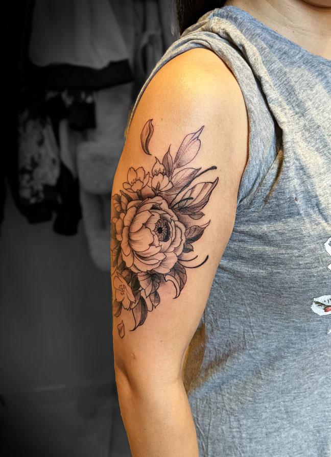 tatouage floral bras trais fin