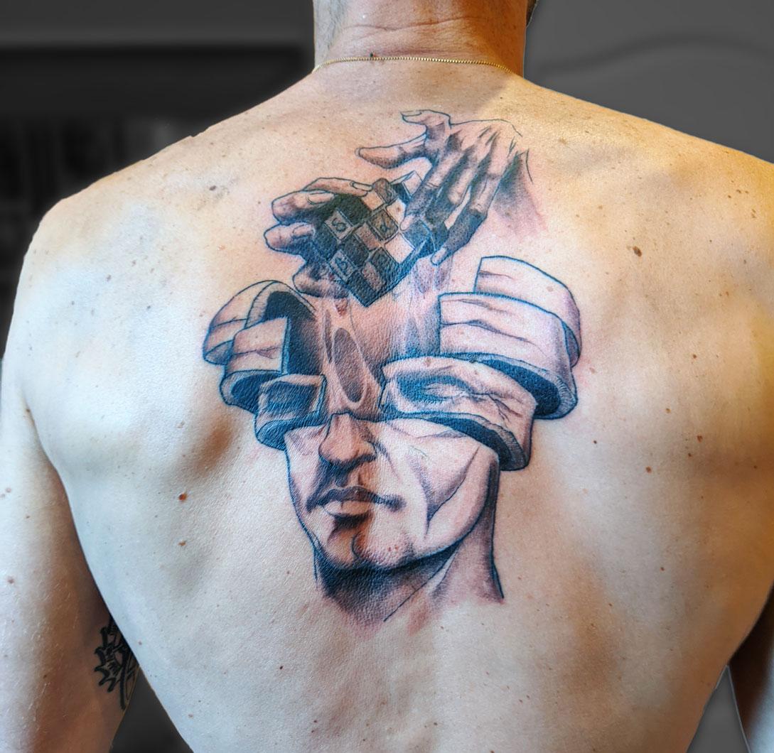 tatouage dos rubiks cube cerveaux