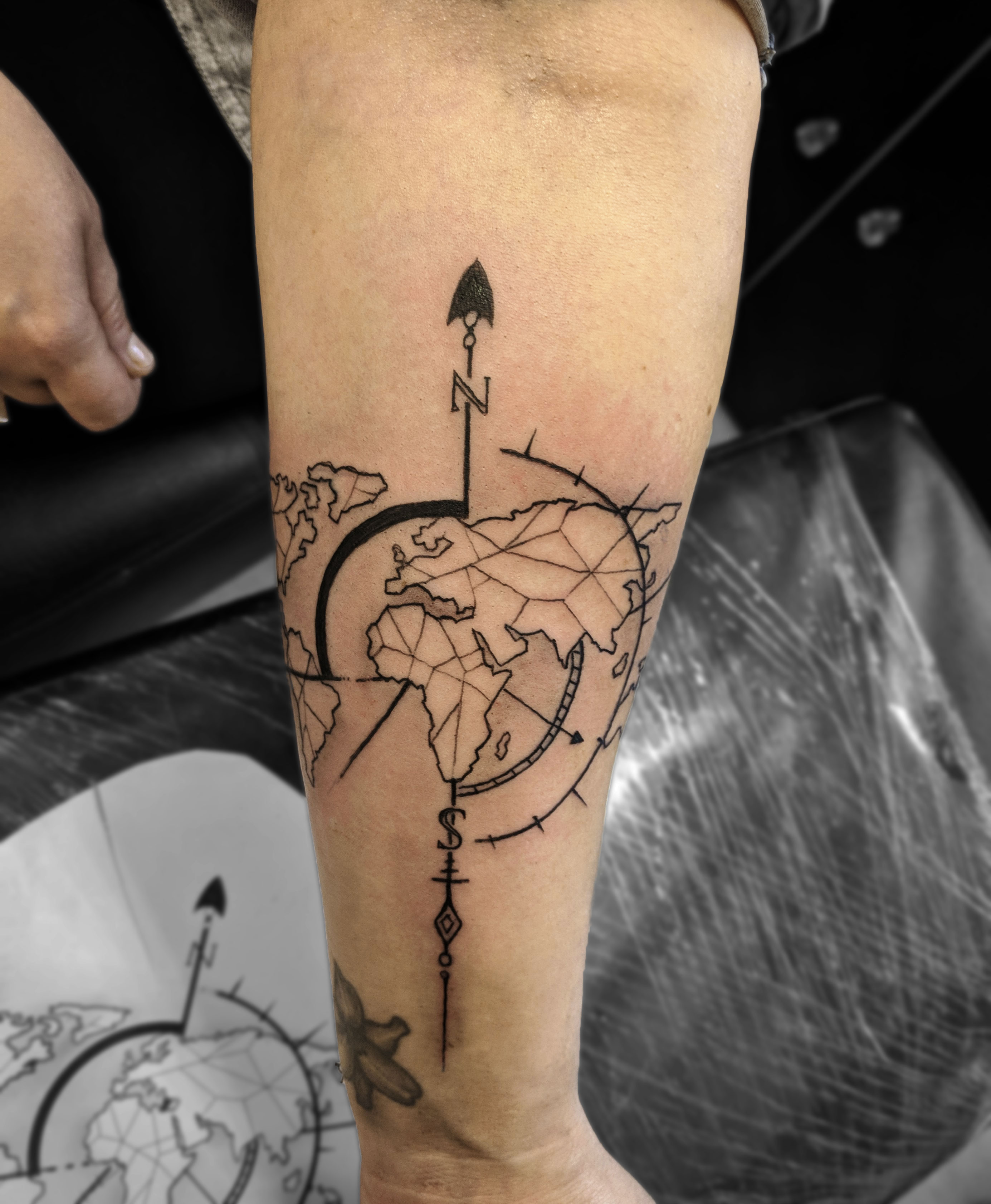 tatouage avant-bras carte du monde tattoo map world trip lyon corbas