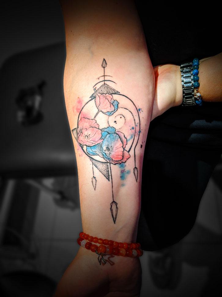 tatouage avant bras floral graphique